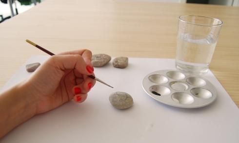 Pintando una de las piedras.