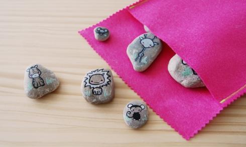 Juego piedras guardado en bolsa.
